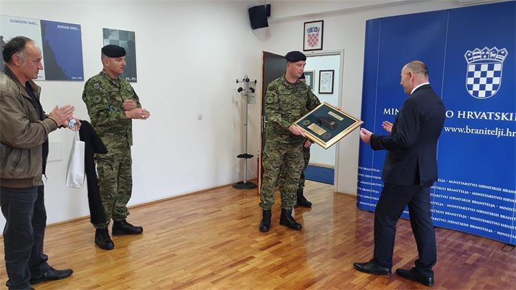 Slika Uručenje crne beretke ministru Medvedu